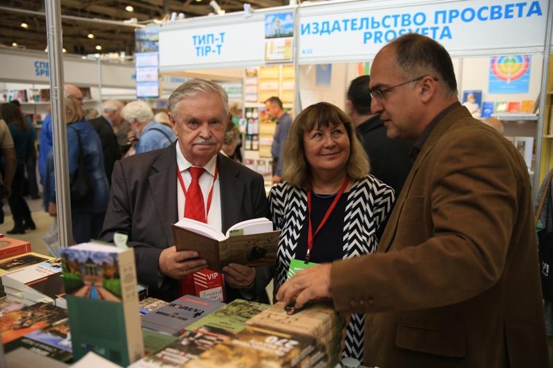 """Альберт Лиханов на стенде издательства """"Садра"""""""