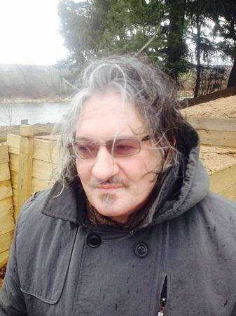 Историк и писатель Алекс Громов на воссозданном оборонительном рубеже