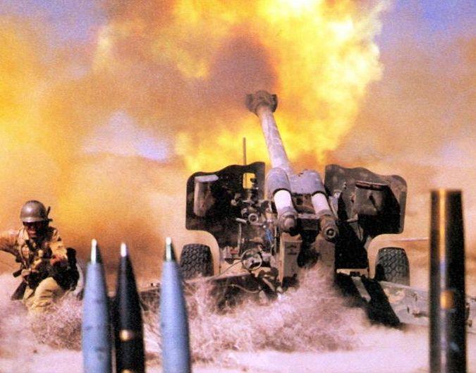 Иранская гаубица ведет огонь по противнику